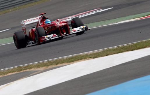 El piloto español Fernando Alonso, de la escudería Ferrari, acelera su monoplaza durante la sesión clasificatoria del Gran Premio de Corea.