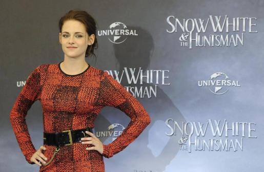 La actriz norteamericana Kristen Stewart posa durante la presentación a los fans de 'Blancanieves y la leyenda del cazador' en Berlín, Alemania.EN - jie