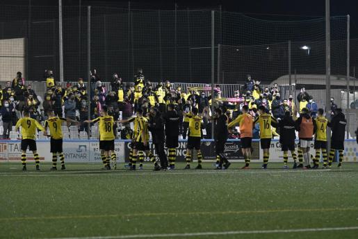 Los jugadores del Cardassar agradeciendo a la grada su apoyo y ánimos durante el partido.