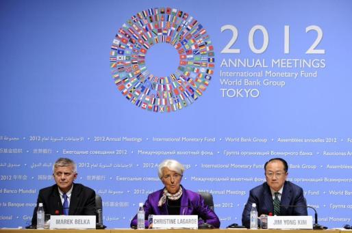 (I-d) El presidente del Comité de Desarrollo, Marek Belka; la directora gerente del Fondo Monetario Internacional (FMI), Christine Lagarde, y el presidente del Banco Mundial, Jim Yong Kim, durante una rueda de prensa celebrada en el marco de la asamblea anual del FMI y el Banco Mundial (BM), en Tokio.