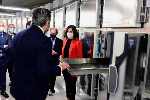 La presidenta de la Comunidad de Madrid, Isabel Díaz Ayuso, durante su visita a la nueva sede del Instituto de Medicina de Legal y Ciencias Forenses.