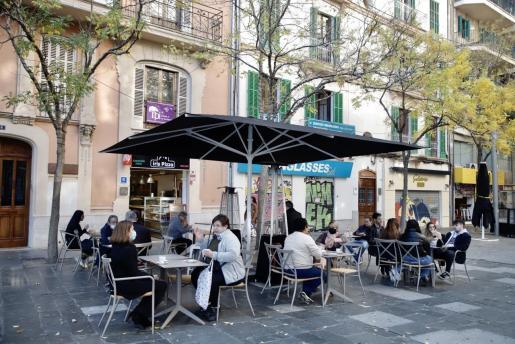Las terrazas de Plaza España de Palma durante el primer día con interiores cerrados.