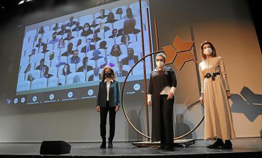 La presidenta del Consell, Catalina Cladera; la artista Maria Genovard; y la presidenta de la CAEB, Carmen Planas, junto a la escultura dedicada a los empresarios.