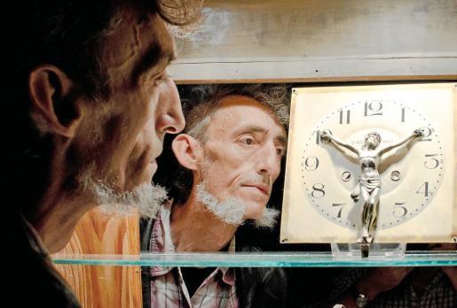 Miquel Àngel Llonovoy posa ante uno de los objetos reciclados que exhibe en el Festival de Reciclaje Artístico de Catalunya.