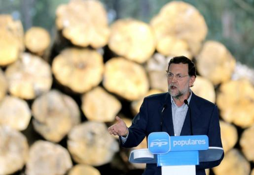 El presidente del Gobierno y del Partido Popular, Mariano Rajoy, durante su intervención en el almuerzo-mitin que ha mantenido con simpatizantes, en la localidad coruñesa de Rois.