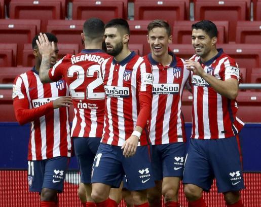 Los jugadores del Atlético de Madrid celebran el gol conseguido por Luis Suárez ante el Elche durante el partido correspondiente a la jornada 14 de la Liga de Primera División, disputado este sábado en el Wanda Metropolitano.
