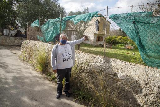 Pedro Ferrer a la entrada de la finca de su familia, Can Panxeta, que lleva tres semanas ocupada por cuatro intrusos.