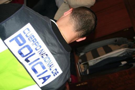 El entrenador de fútbol base fue detenido por la Policía Nacional.