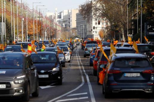 Participantes en automóvil en una de las manifestación que la Plataforma Más Plurales por la Libertad de Enseñanza ha convocado este domingo contra la reforma educativa -la Lomloe o ley Celaá- en varias ciudades españolas, entre ellas, Madrid.