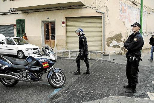 Los funcionarios policiales localizaron, entonces, al presunto autor y procedieron a su detención, interviniéndole posteriormente una navaja.