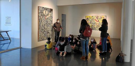 Los alumnos de uno de los centros escolares de sa Pobla, durante una visita a la muestra 'Art i COVID' en Can Planes.