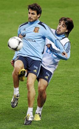 Cesc Fábregas pugna con Beñat durante el entrenamiento celebrado ayer en el Vicente Calderón.