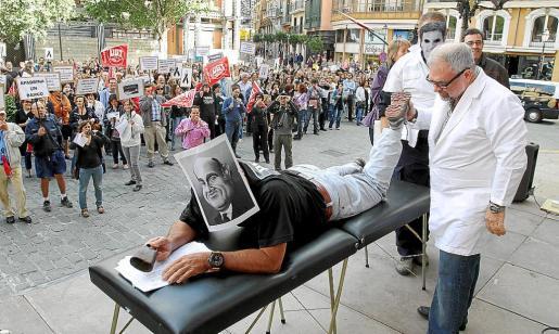 Los huelguistas hicieron 'performances' sobre los masajes. g Foto: MIQUEL ÀNGEL CAÑELLAS