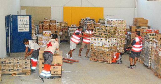 La organización de asistencia social Cruz Roja hace acopio de alimentos de primera necesidad para distribuirlos entre los más desfavorecidos.