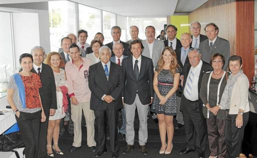 El acto de entrega del Premi Paulí Buchens, que cumple ya su duodécima edición, contró con una amplia representación de directivos del Grup Serra, de la UIB, de la UNED y de representantes del sector turístico mallorquín.