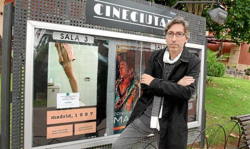 El cinasta David Trueba, ayer, en las instalaciones de CineCiutat junto al cartel de su película, 'Madrid, 1987'.