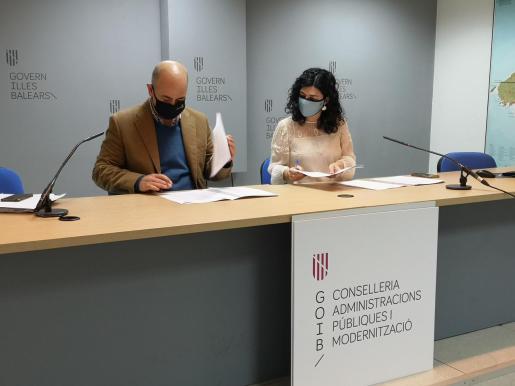 La consellera Isabel Castro y el presidente de la FELIB, Antoni Salas.