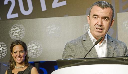 Mara Torres observa sonriente a Lorenzo Silva mientras éste pronuncia su discurso.