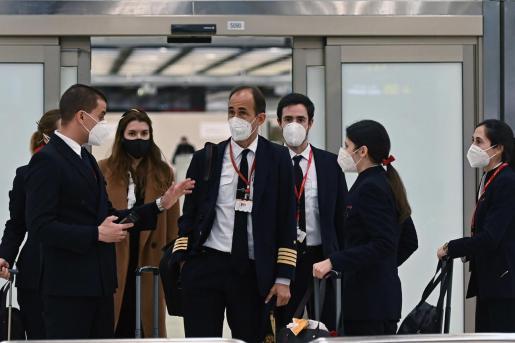 Miembros de la tripulación de un vuelo proveniente de Londres aterrizan en el aeropuerto Adolfo Suárez Madrid Barajas este lunes.
