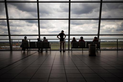 Pasajeros en el aeropuerto OR Thambo de Johannesburgo, Sudáfrica, este lunes.