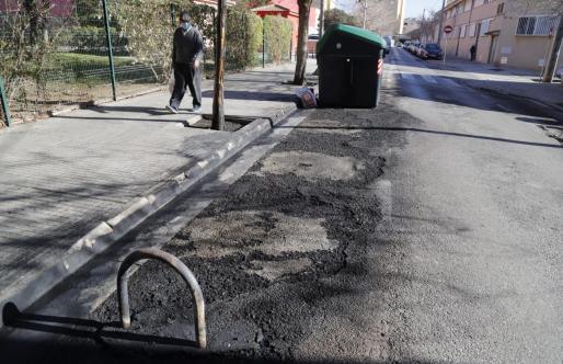 Un vecino observa en la calle Francisco Femenías el lugar dónde ardieron varios depósitos.