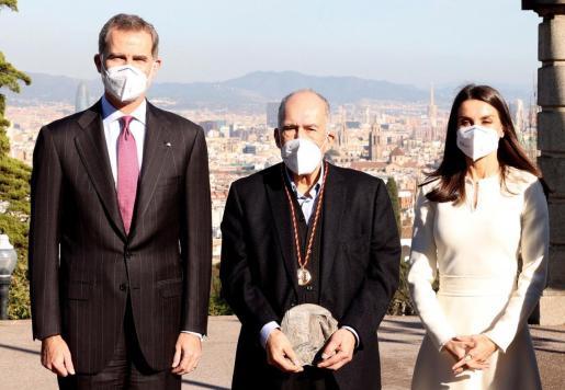 Los Reyes posan en Barcelona con el escritor Joan Margarit, a quien hicieron entrega de su reconocimiento en un acto privado.