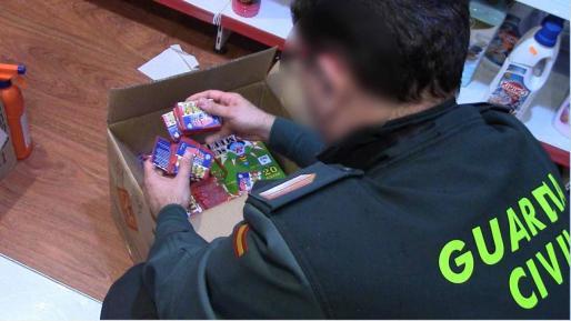 La Guardia Civil se ha incautado en Santa Ponça de 7.357 unidades de material pirotécnico.