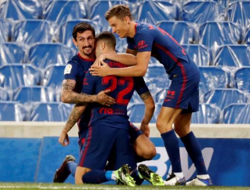El defensa del Atlético de Madrid Mario Hermoso celebra su gol, primero del equipo ante la Real Sociedad.