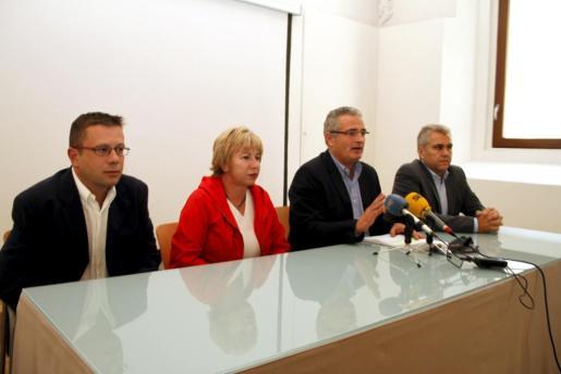 Imagen de la rueda de prensa del Nou Partit d'Eivissa, Convergència per les Illes, Unió Menorquina i la Lliga Regionalista de les Illes Balears, ofrecida esta tarde.