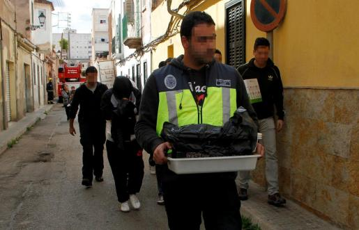 Agentes de la Policía Nacional en una redada en Palma.
