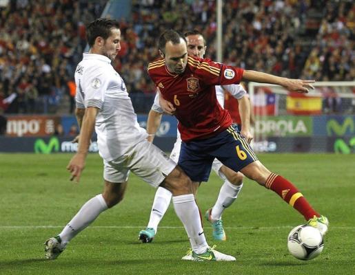Iniesta trata de librarse de dos jugadores de la selección francesa durante el partido disputado en el Vicente Calderón.