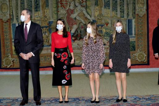 El rey Felipe y la reina Letizia acompañados por sus hijas, la princesa Leonor y la infanta Sofía, antes de presidir en El Palacio de El Pardo, la reunión del patronato de la Fundación Princesa de Girona.