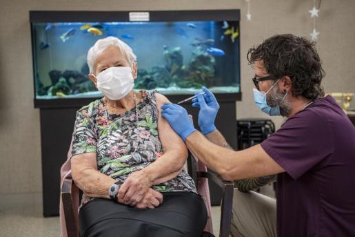 Una mujer de 90 años se convierte en la primera persona en el cantón de Lucerna en recibir la vacuna de Pfizer-BioNTech contra la Covid-19, este miércoles en Suiza.