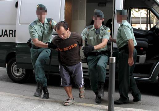Abarca, escoltado por dos agentes de la Guardia Civil, en los juzgados de Inca en el mes de junio de este año.