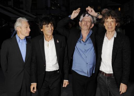 """De izquierda a derecha los miembros de la banda de rock británica The Rolling Stones Charlie Watts, Ronnie Wood, Keith Richards y Mick Jagger llegando ayer al estreno mundial de la película """"Crossfire Hurricane"""" durante la 56º edición del Festival de Cine de Londres, en la Plaza Leicester de Londres (Inglaterra)."""