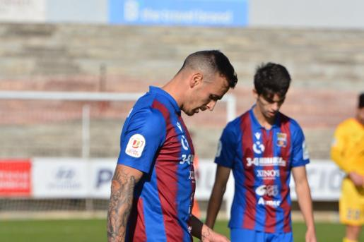 Los futbolistas del Poblense, cabizbajos tras encajar uno de los goles.