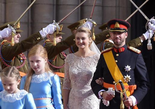 Los herederos del Gran Ducado de Luxemburgo, Stephanie (2ºdcha) y Guillermo (dcha), abandonan la catedral de Nôtre-Dame tras su enlace religioso.