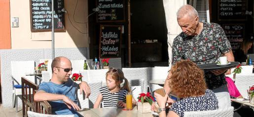 Desde que estallara el 'boom' turístico en los años sesenta, Balears se ha convertido en una comunidad que atrae a trabajadores de otros lugares, tanto de España como de fuera. El modelo turístico se caracteriza por emplear a una gran cantidad mano de obra poco cualificada. El convenio de hostelería es de los mejores del Estado. Una suma que se convierte en un gran atractivo.