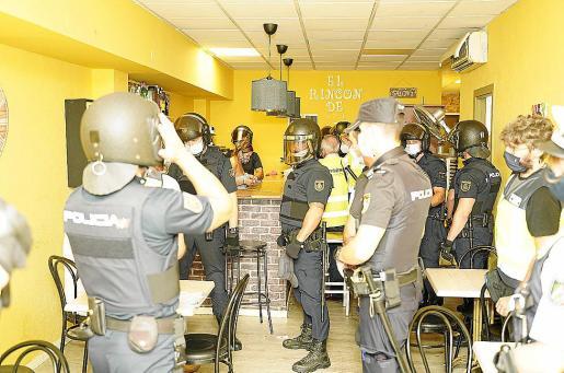 Imagen de archivo de un registro policial en el bar El rincón de Isa.