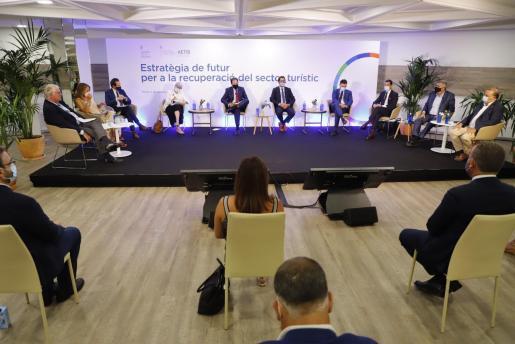 Imagen de una reunión de representantes del sector turístico y el Govern el pasado septiembre.