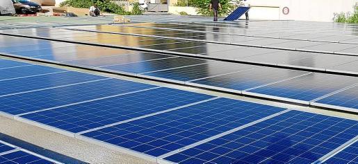 El Ajuntament es un gran consumidor de energía y también un gran productor potencial de energías renovables, pues ya cuenta con algunas instalaciones de energía verdes y tiene capacidad de crecimiento. Arriba, imagen de placas solares en las instalaciones de Emaya en Can Valero.