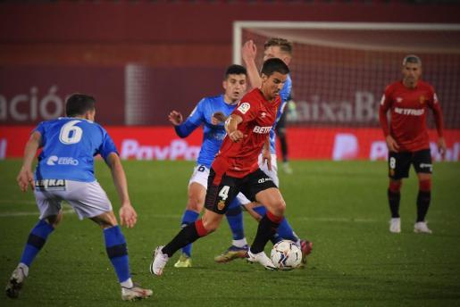 El centrocampista del Real Mallorca Ruiz de Galarreta, en acción durante un partido.