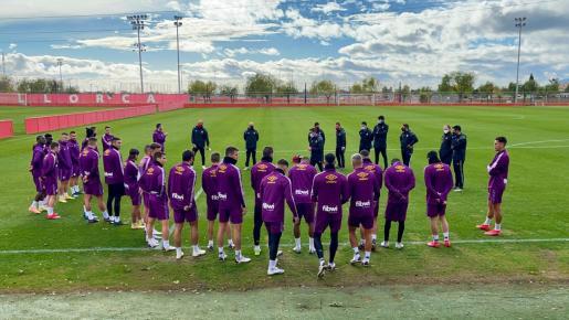 Los jugadores del Real Mallorca atienden a las instrucciones de su técnico, Luis García Plaza, durante un entrenamiento en Son Bibiloni.