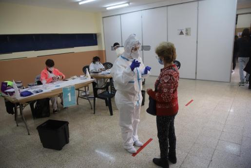 Una mujer se somete en Palma a un test de COVID-19.