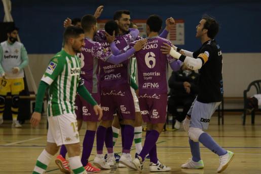 Los jugadores del Palma Futsal celebran uno de los goles del partido ante el Betis.