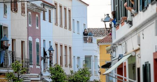 Fue una de las imágenes icónicas del primer confinamiento: la solidaridad y los aplausos al personal sanitario que, diariamente, se producía en los balcones de las ciudades y pueblos. La imagen que ilustra esta página es de es Mercadal (Menorca). Cualquier apuesta pasa por la solidaridad.