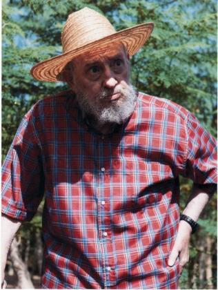 """Fotografía sin fechar cedida por Cubadebate hoy, lunes 22 de octubre de 2012, del expresidente de Cuba Fidel Castro caminando entre un cultivo. Castro califica de """"mentiras"""" e """"insólitas estupideces"""" los rumores que han circulado en los últimos días sobre su estado de salud, en un artículo divulgado en la madrugada de este lunes 22 de octubre en la web oficial Cubadebate que acompaña de nuevas fotos suyas."""