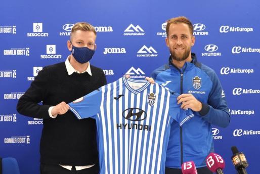 Patrick Messow junto a Cordero durante la presentación del centrocampista como nuevo jugador del Atlètic.
