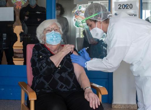 Las personas que ya se han vacunado en Baleares no serán inmunes hasta que no reciban la segunda dosis.