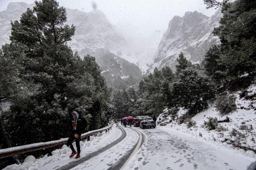 Numerosas personas se han acercado a la Serra para disfrutar de la nieve.
